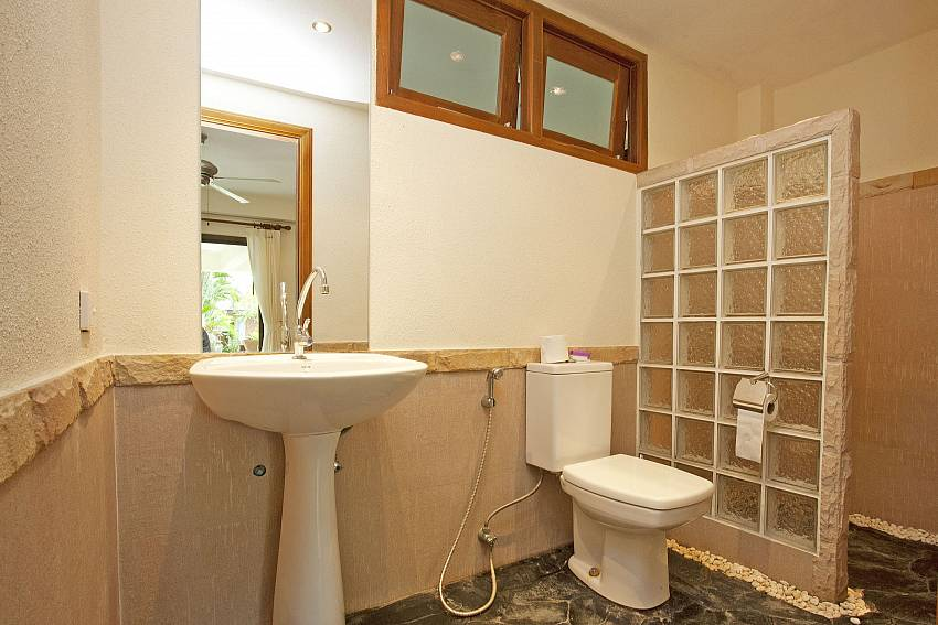 Shower room-baan-suan-far-sai_5-bedroom_luxury-pool-villa_jomtien_pattaya_thailand