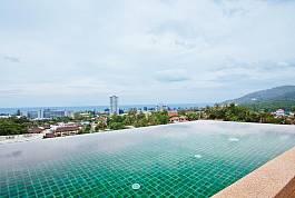 位于普吉岛卡伦海滩的三卧室靠山物业配有无边泳池