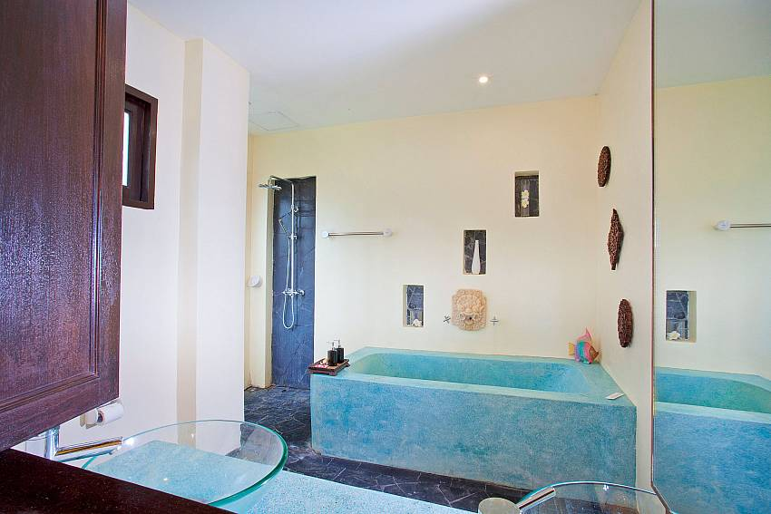 Master Bedroom Bathroom-baan-pa-nom_3-bedroom_hillside-villa_infinity-pool_karon_phuket_thailand