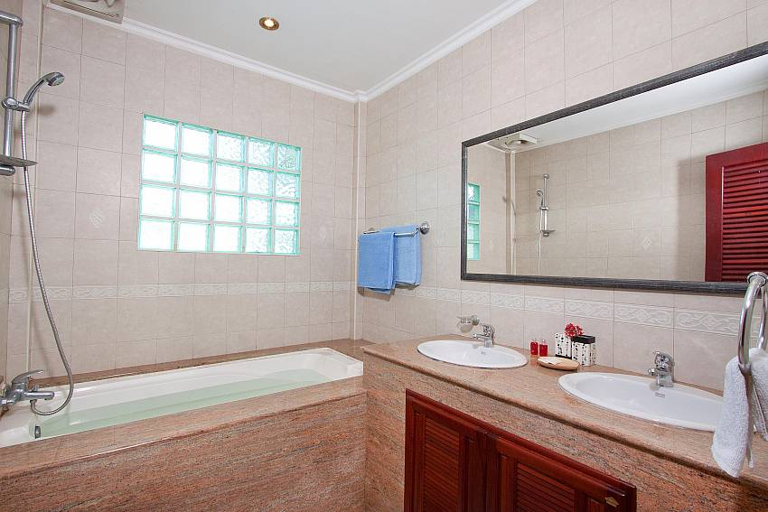Main Bathroom-nai-mueang-noi_2-bedroom_private-pool-villa_pattaya_thailand