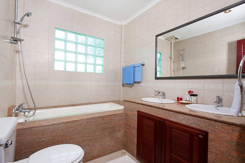 Bathroom with bath tub in Nai Mueang Noi villa Pattaya