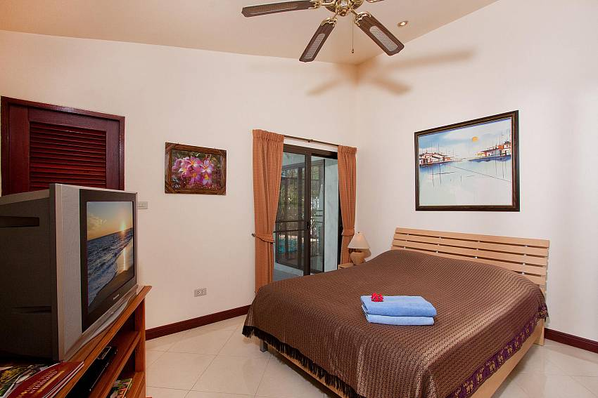 King size bedroom with TV at Villa Nai Mueang Noi Pattaya