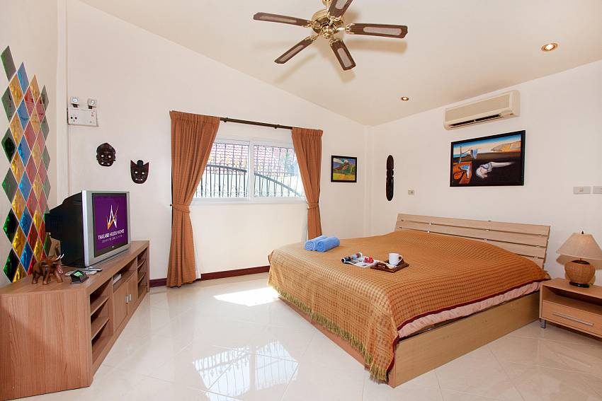 2. king-size bedroom in villa Nai Mueang Noi Pattaya