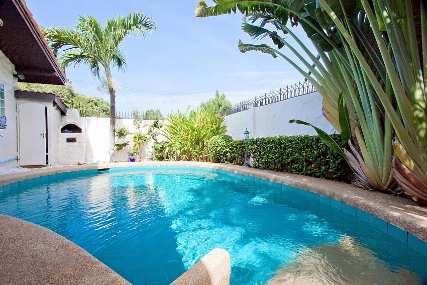 Sizable private pool at villa Nai Mueang Noi in Pattaya