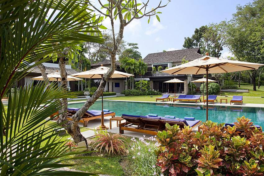 Sundeck and sun loungers-the-tamarind_9-bedroom_private-resort_private pool_sattahip_pattaya_thailand