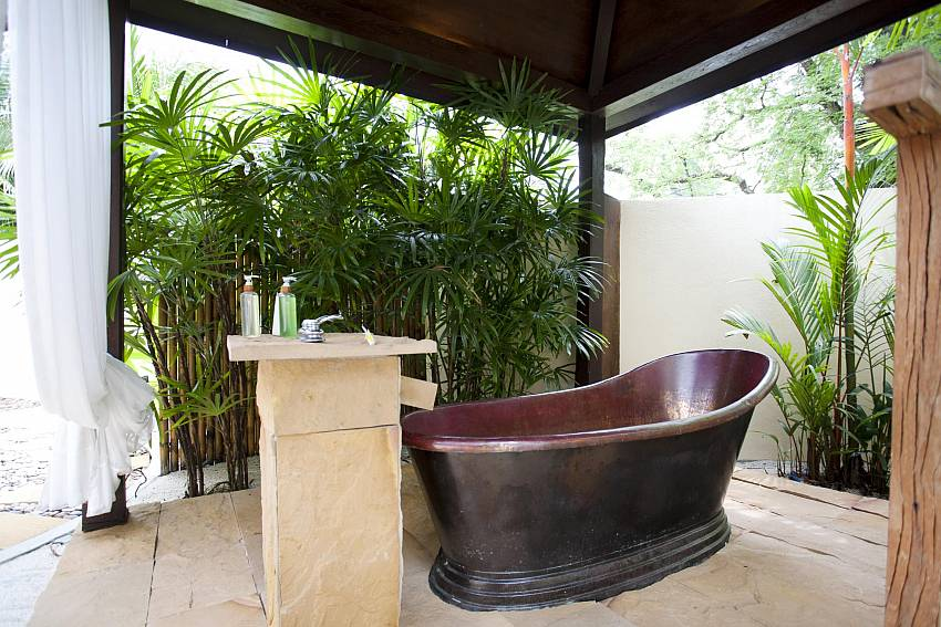 Indoor and Outdoor Shower-the-tamarind_9-bedroom_private-resort_private pool_sattahip_pattaya_thailand