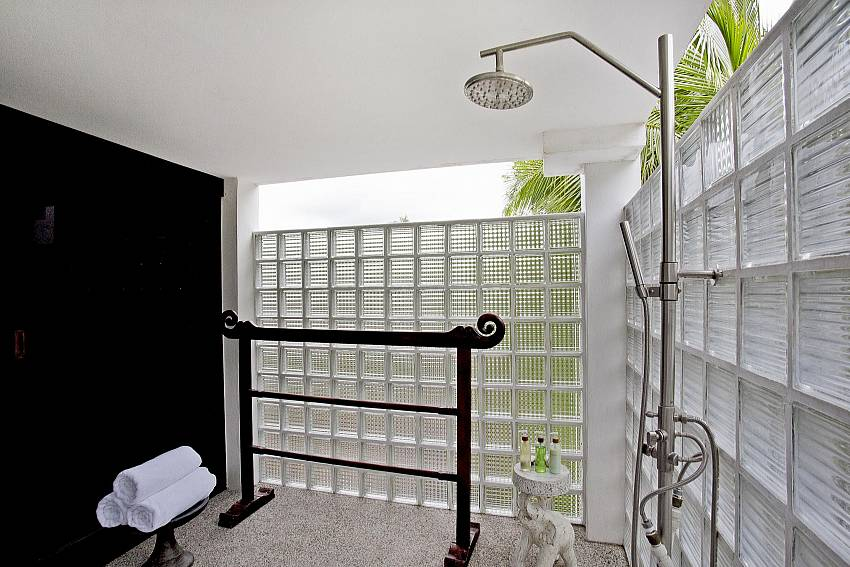 Outdoor Shower and Zen Garden-the-tamarind_9-bedroom_private-resort_private pool_sattahip_pattaya_thailand