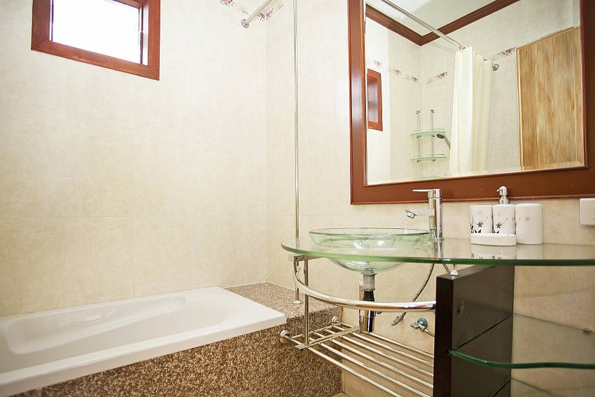 Main Bathroom with Tub_baan-sang-dow_2-bedroom-villa_communal-pool_ban-chong-beach_krabi_thailand