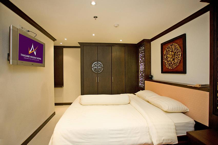 guest bedroom with TV at Nirvana Place Pattaya