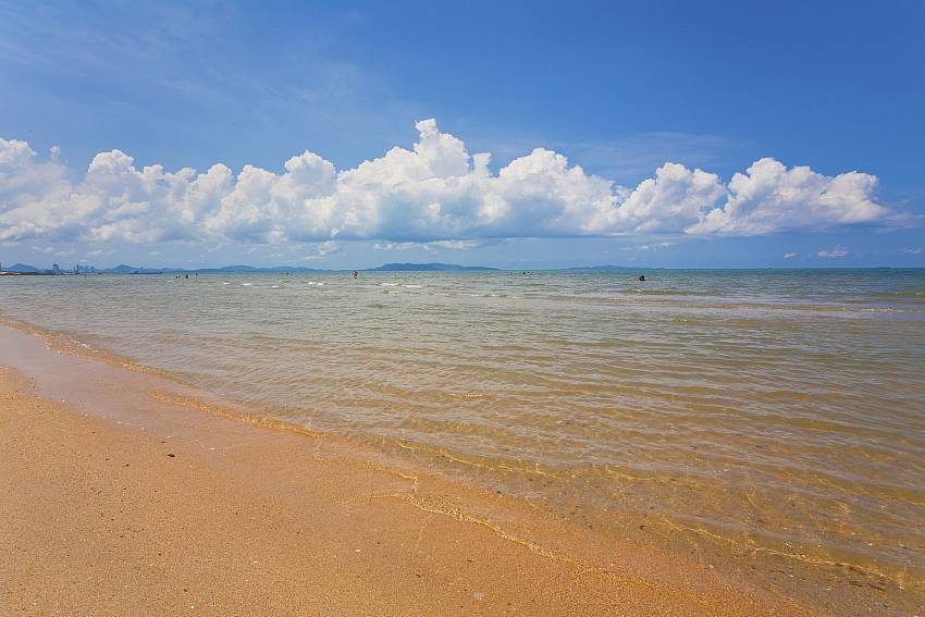 Tranquil beach scenery near Nirvana Place in Central Pattaya