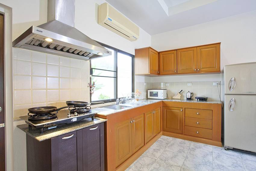 Kitchen_baan-hua-na_3-bedroom_private-pool-villa_large-garden_hua-hin_thailand