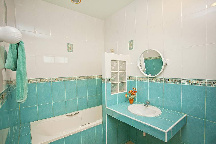 Master Bathroom_baan-hua-na_3-bedroom_private-pool-villa_large-garden_hua-hin_thailand