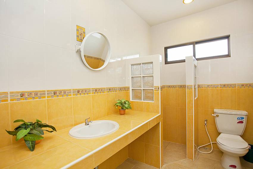 Bathroom 2_baan-hua-na_3-bedroom_private-pool-villa_large-garden_hua-hin_thailand