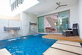 Villa with cozy private swimming pool at the back
