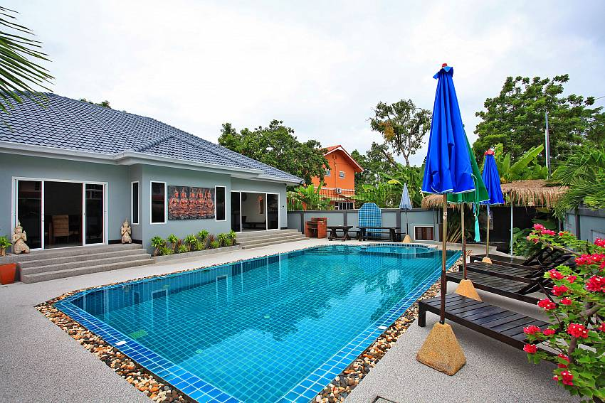 Outdoor view of Baan Kinaree Jomtien featuring the private pool and sunbeds for a relaxing and private holiday experience