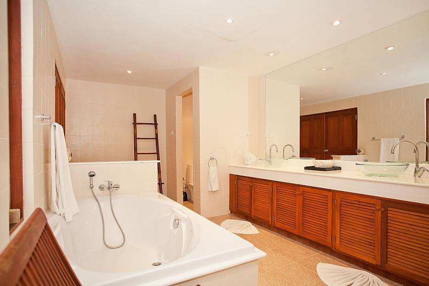 Master Bathroom_red-mountain-villa_4-bedroom_private-pool_kathu_phuket
