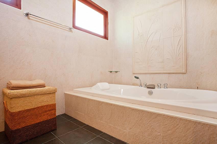 Master Bathroom_villa-fantasea_4-bedroom-property-with-estate-facilities-800m-from-kamala-beach