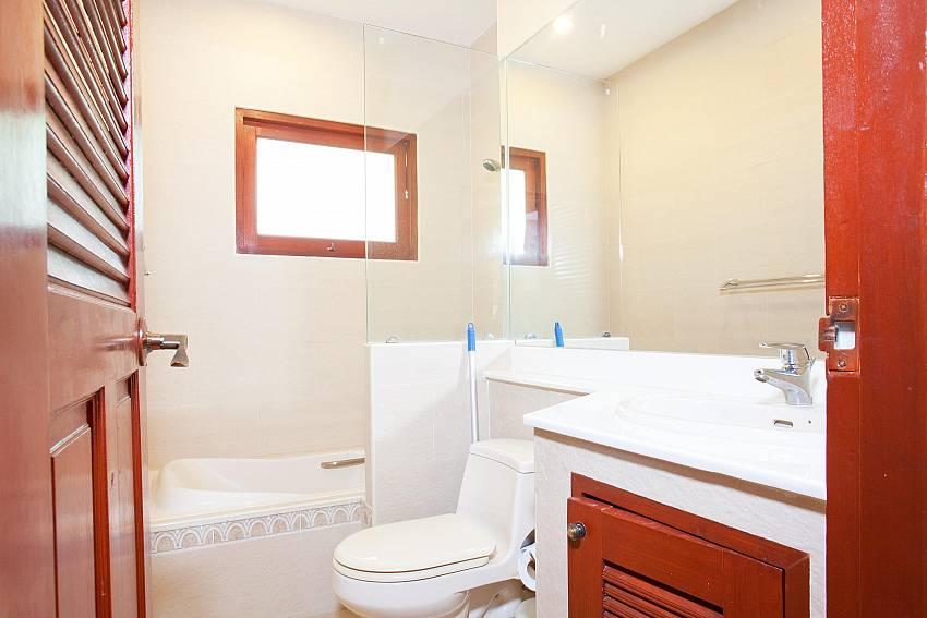Second Bathtub Bathroom_villa-fantasea_4-bedroom-property-with-estate-facilities-800m-from-kamala-beach