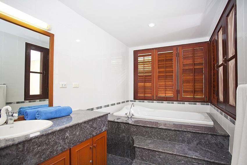 Main En Suite Bathroom_chai-nam-condo_2-bedroom_beachfront-apartment_bang-tao_phuket