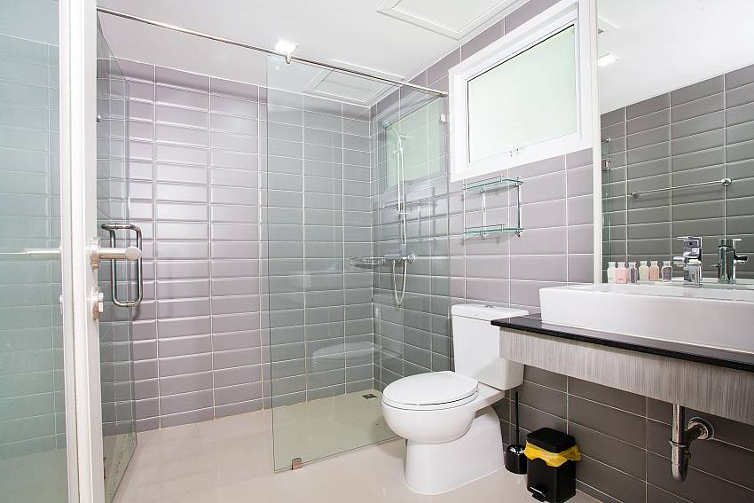 Shower room_long-beach-mountain-view-1b_2-bedroom-apartment_koh-lanta_krabi_phuket_thailand