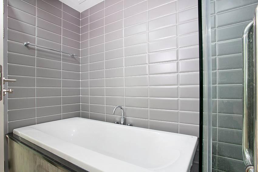 A Bathtub_long-beach-sea-view-3b_2-bedroom-apartment_sea-view_koh-lanta
