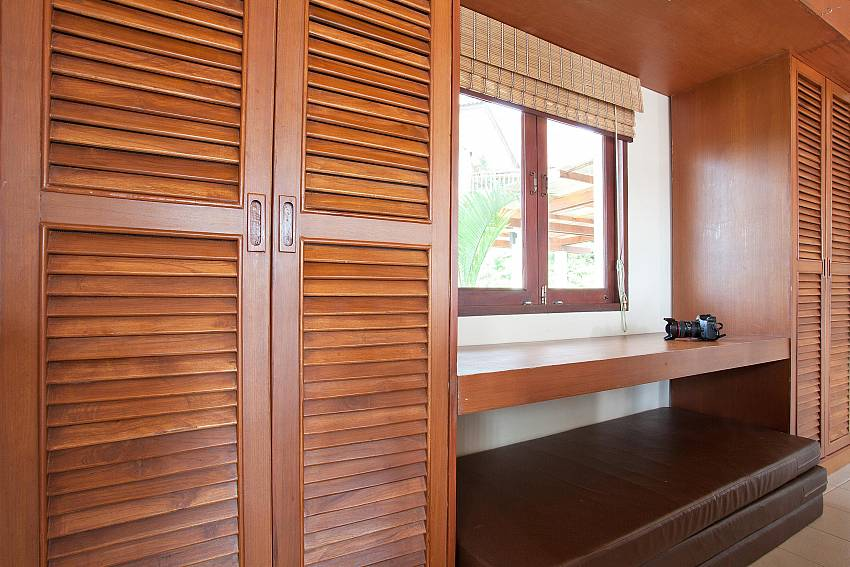 Plenty of Wardrobe Space_baan-daeng_2-bedroom-villa_sea-viewsharted pool_ba-kangtian_koh-lanta_thailand