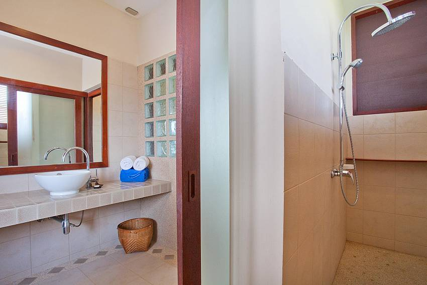 Double Showers_baan-daeng_2-bedroom-villa_sea-viewsharted pool_ba-kangtian_koh-lanta_thailand