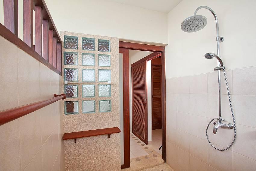 Outside Private Showers_baan-daeng_2-bedroom-villa_sea-viewsharted pool_ba-kangtian_koh-lanta_thailand
