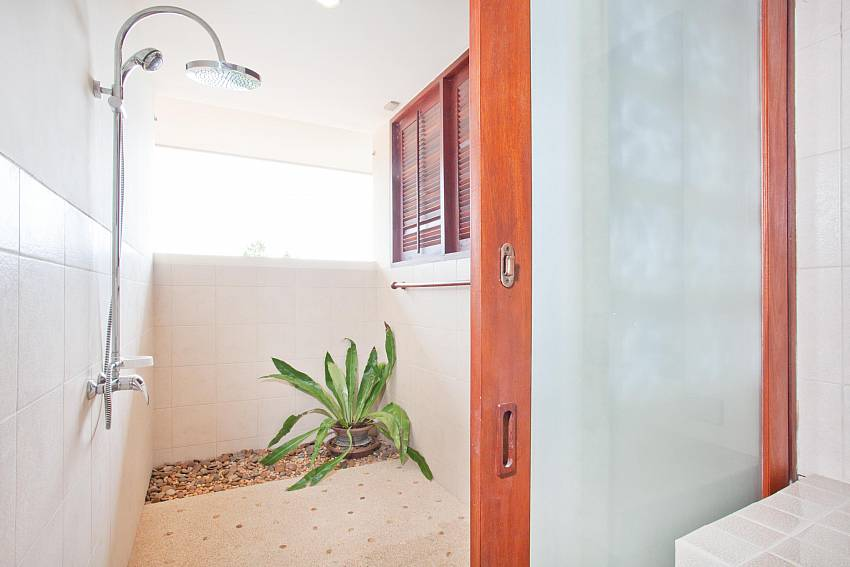Outside Shower_baan-muang_2-bedroom-villa_shared-infinity-pool_sea-views_ba-kantiang_koh lanta_thailand