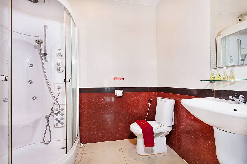 Spacious Bathroom-Baan Nomella_luxury-villa_Pattaya