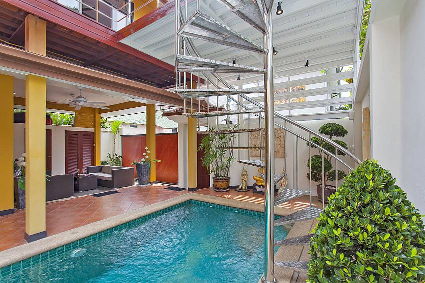 Private pool with sitting area in 4 bedroom Sunny Villa Patytaya