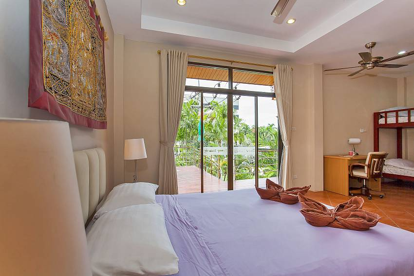 2. double bedroom with desk and bunk bed at Sunny Villa Pattaya