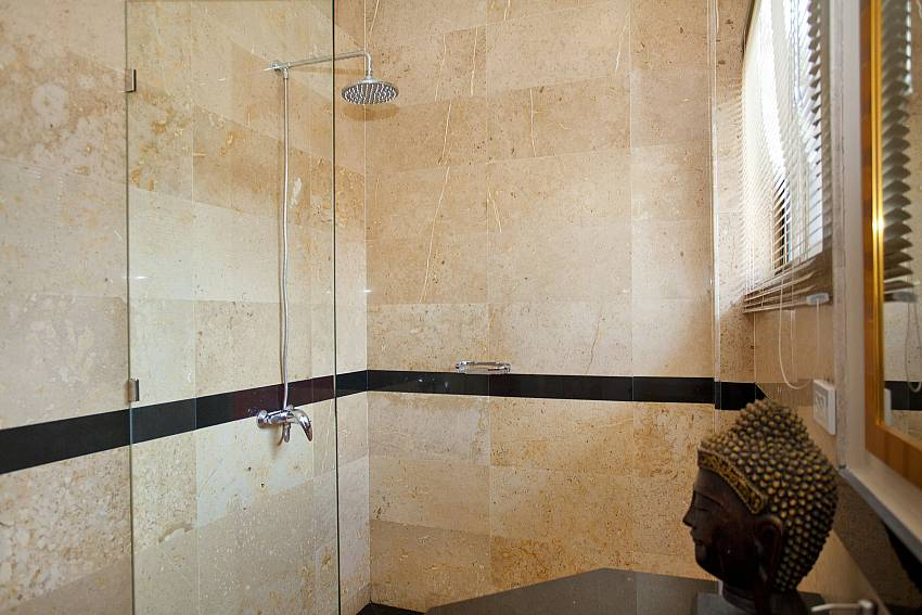 Private en-suite bahtroom with rain shower at Sunny Villa in Jomtien Pattaya