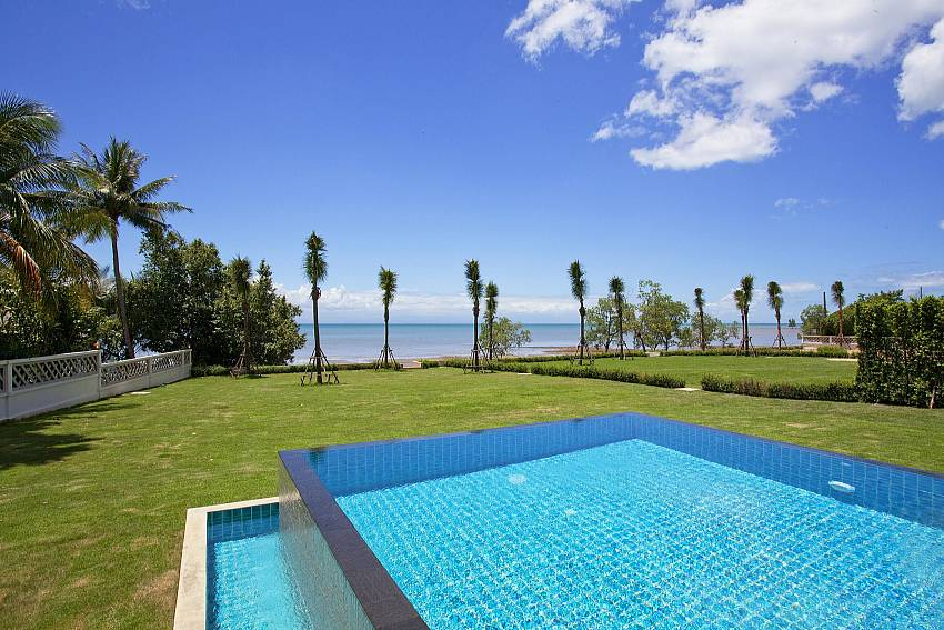 swimming pool with the garden Of Koh Chang Wave Villa A
