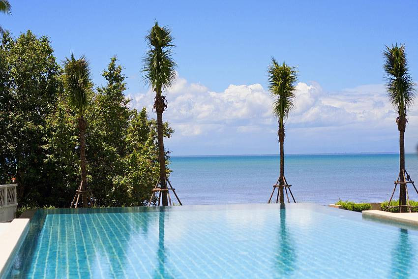 Swimming pool overlooking the sea Of Koh Chang Wave Villa A