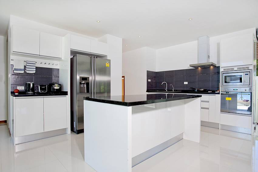Kitchen room with refrigerator Of Koh Chang Wave Villa A