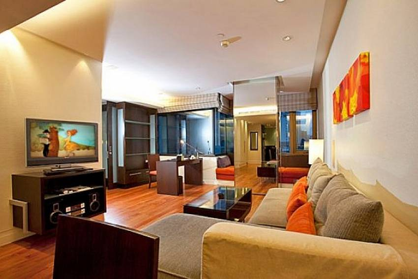 Living room with TV Of Sala Daeng Deluxe Suite Room 605