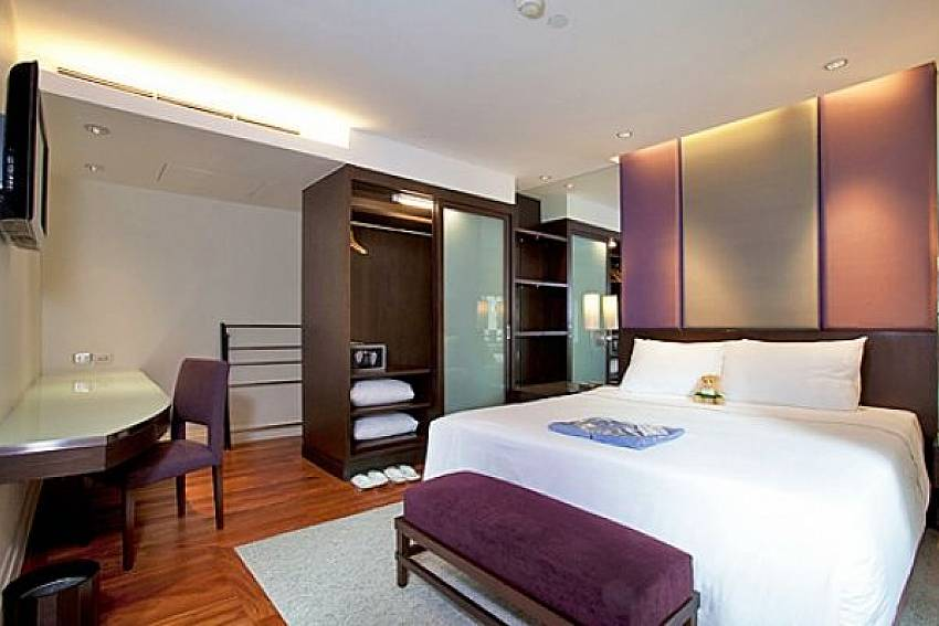Bedroom with wardrobe and TV Of Sala Daeng Deluxe Suite Room 605 (First)