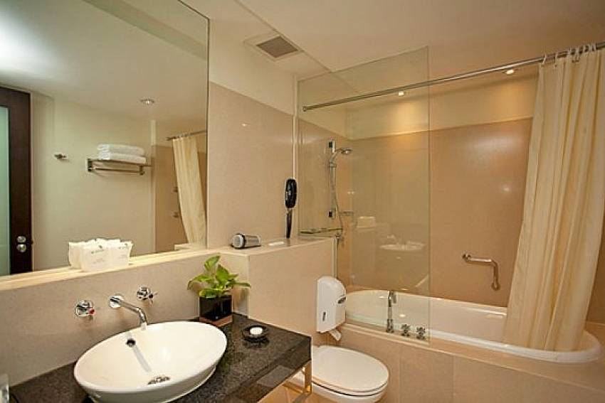 Basin wash with jacuzzi tub Of Sala Daeng Deluxe Suite Room 605