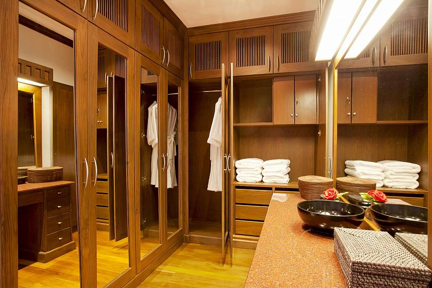 Dressing room Of Teak Villa Suandok