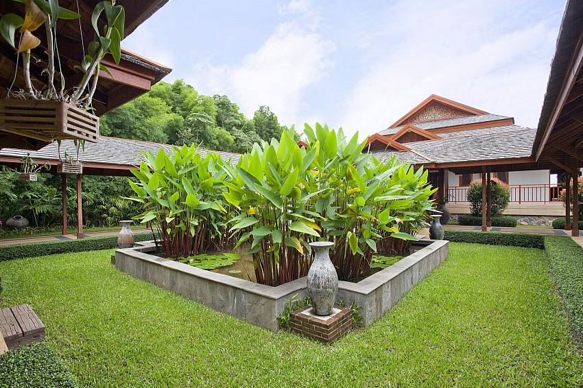 The garden Of Teak Villa Suandok