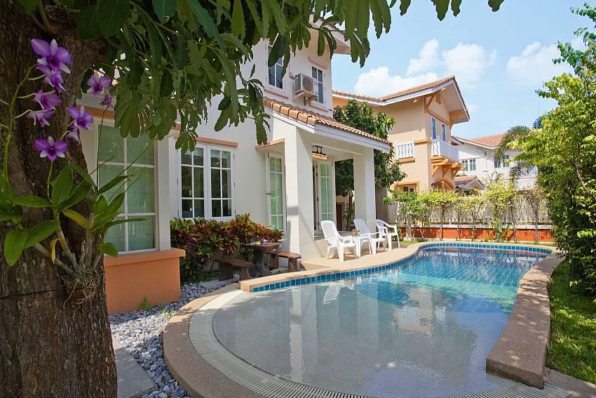 Shady corner beside the pool Of Villa Bliss Jomtien Modern