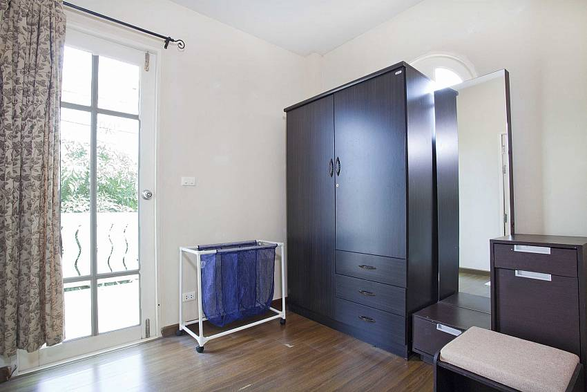 Bedroom with wardrobe and vanity Of Villa Bliss Jomtien Modern (Second)