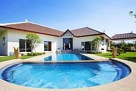 Large garden with private swimming pool Villa