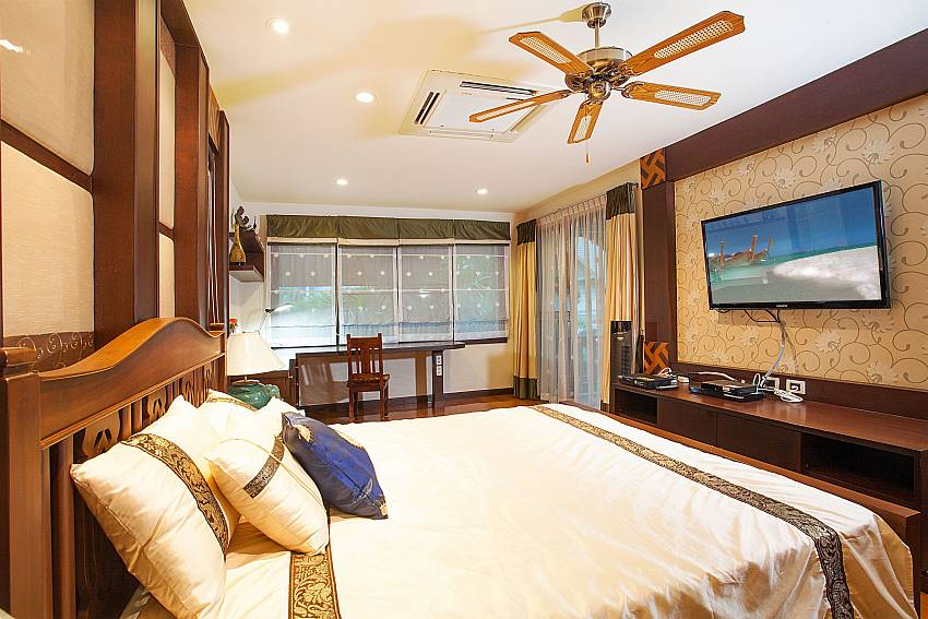 2. bedroom with king size bed and TV in Baan Kon Lafun Pattaya