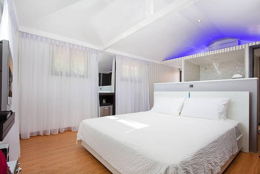 King size bedroom at Pratumnak Regal Villa in Pattaya