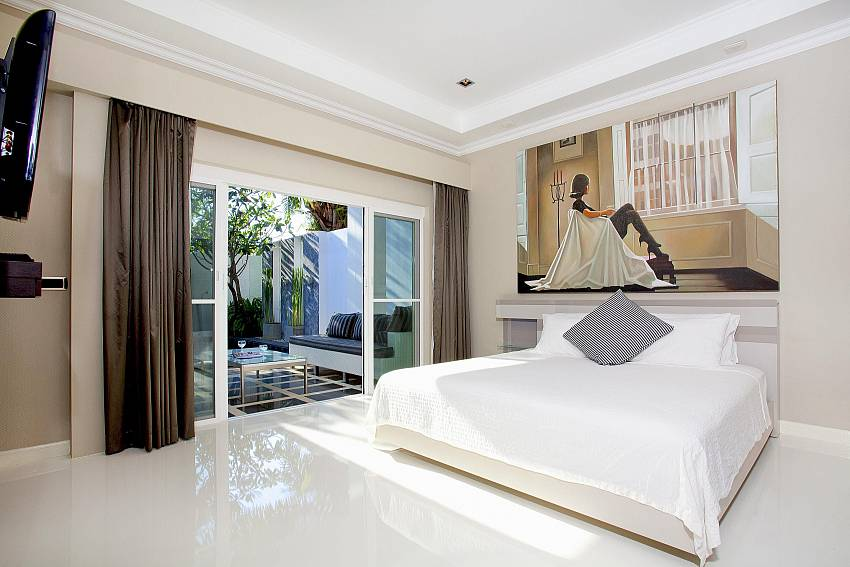 King size bedrooms and pool access in Pratumnak Regal Villa Pattaya