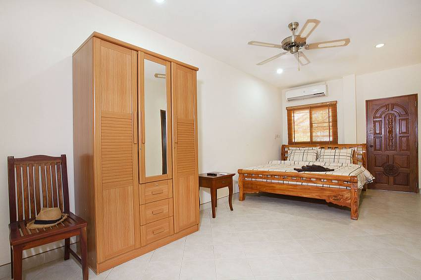 Bedroom with wardrobe Of Khao Talo Villa (First)