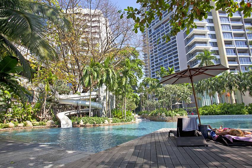 Overall atmosphere edge the pool Of North Pattaya Apartment