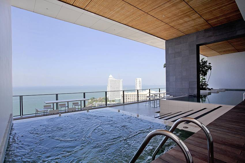 Swimming pool overlooking the sea Of North Pattaya Apartment